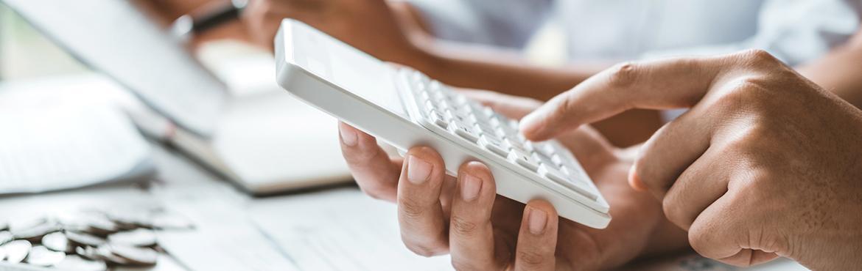 Biały kalkulator w dłoni